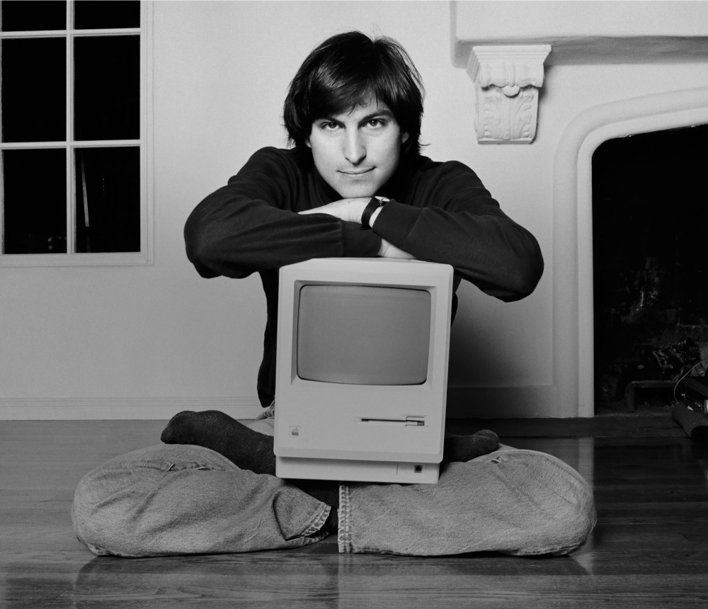 Steve Jobs 1984 with Macintosh 128K